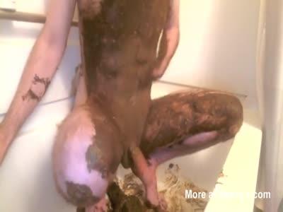 Leke tomando banho com bosta