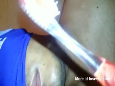 Otário escovando os dentes com bosta