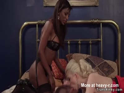 Black tranny bangs dude in threesome