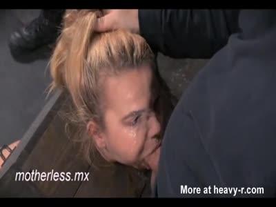 Ragazza in scatola gola scopata e abusato