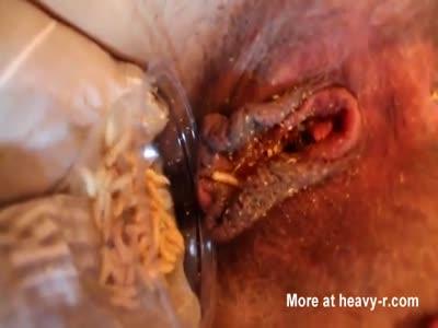 Feeding pussy with maggot