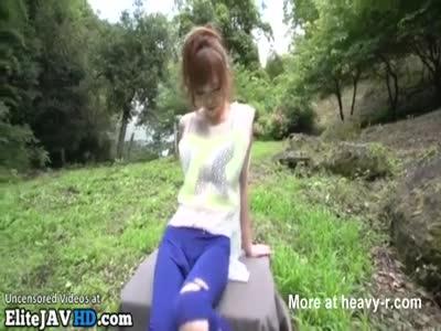Giapponese adolescente all'aperto POV pompino