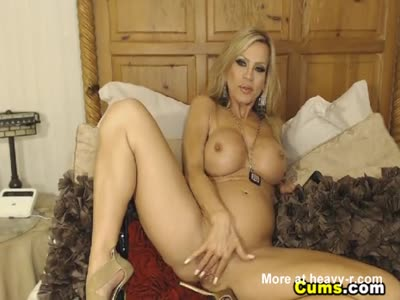 Hot MILF Drills Her Pussy