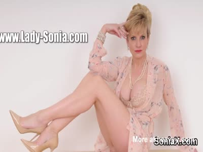 Unfaithful british mature lady sonia flaunts her gigantic bo