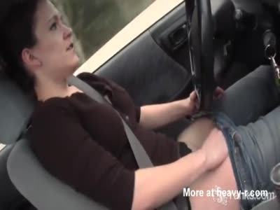 She masturbate and have orgasm while driving