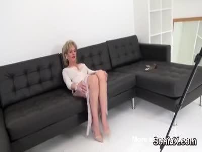 Adultera britannico sonia signora matura mostra le sue grandi tette