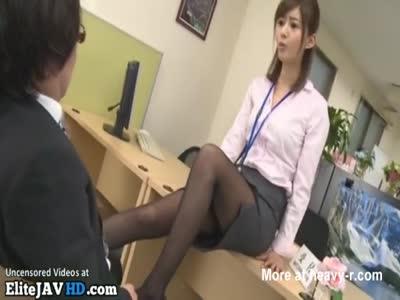 Japanese boss pretends nylon footjob