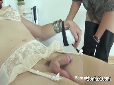 Kinky British Housewife Playing With Tranny