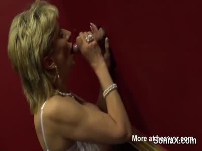 La signora matura britannica infedele sonia mette in mostra la sua gigantesca calvizie