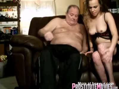 Latina barebacking Hooker e sborrata con l'uomo più anziano