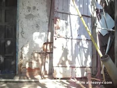 Menino sacudinho empinando o pinto