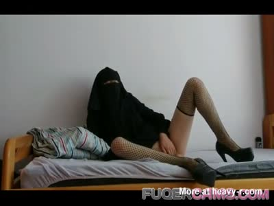 Arab With Niqab Loves Masturbating