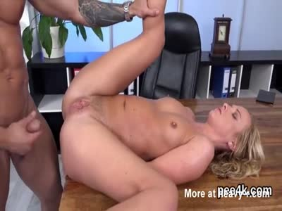 Fantastic peach gets her wet twat absolute of warm pee and e