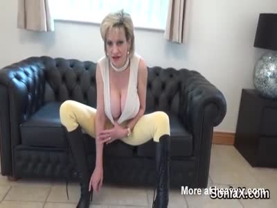 Adulterous british milf lady sonia shows off her heavy boobs