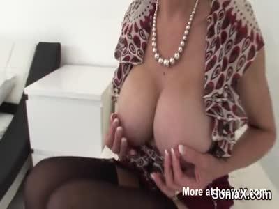 Barare britannico sonia signora matura mostra le sue tette grandi
