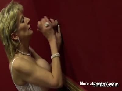 Unfaithful uk mature lady sonia shows her enormous globes