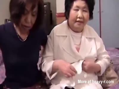 Granny lesbiam sexis orgasam