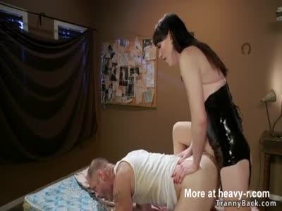 Dude anal bangs tranny with dildo in teeth