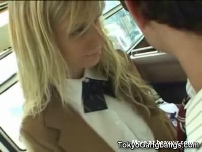 College Girl succhia cazzo nel bus!